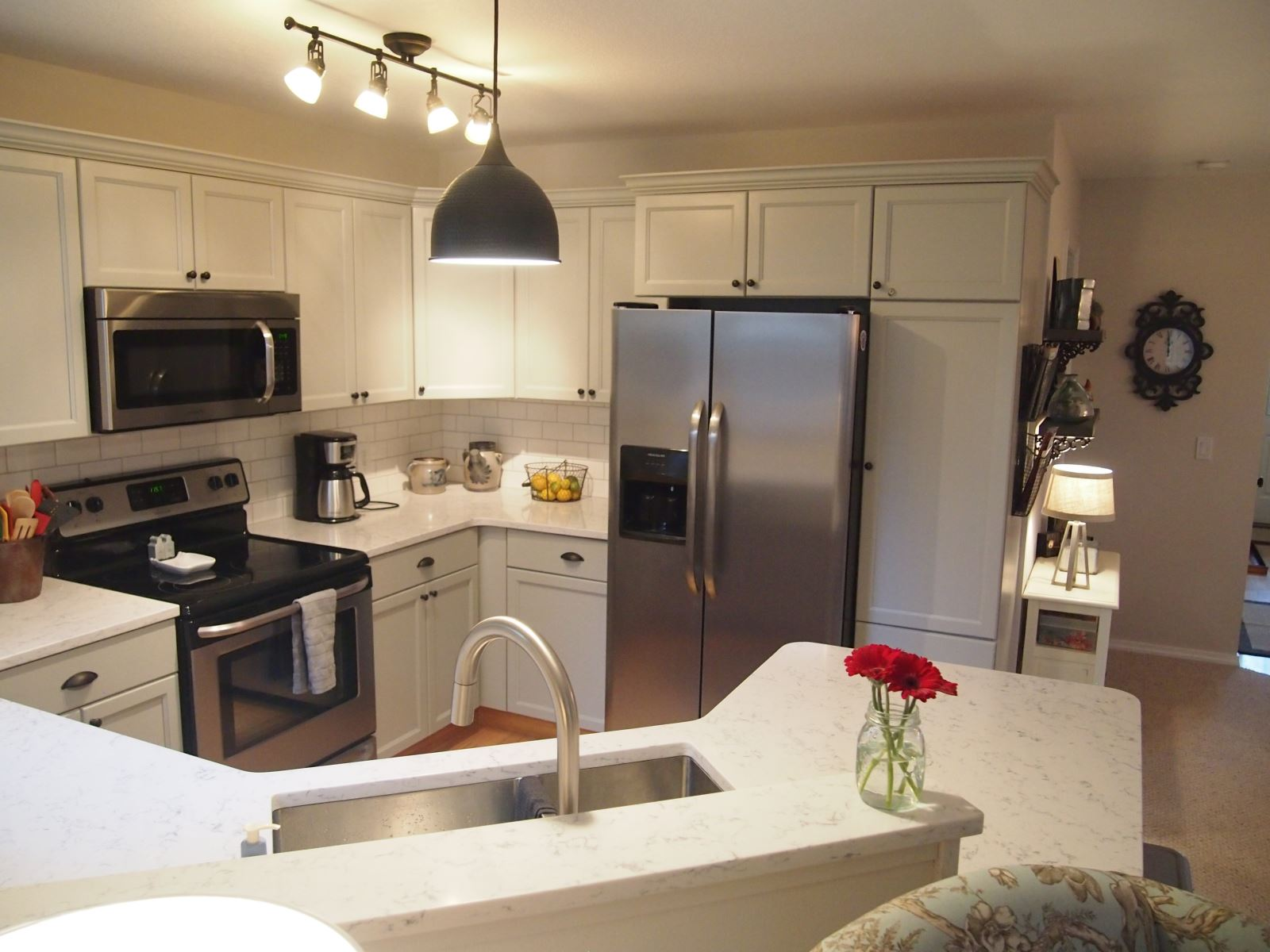 Fully Equipped Kitchen with bar top